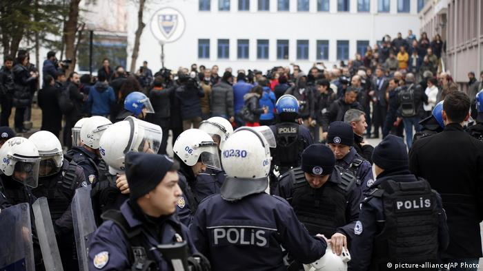 Protests against against mass academic sackings in Ankara (picture-alliance/AP Photo)