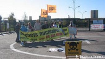 Demonstranten des Kollektivs Stop Bure vor dem unterirdischen Forschungslabor für eine Endlagerstätte für hochradioakiven Müll, in Bure/ Lorraine/ Frankreich. (23.10.08/Suzanne Krause)