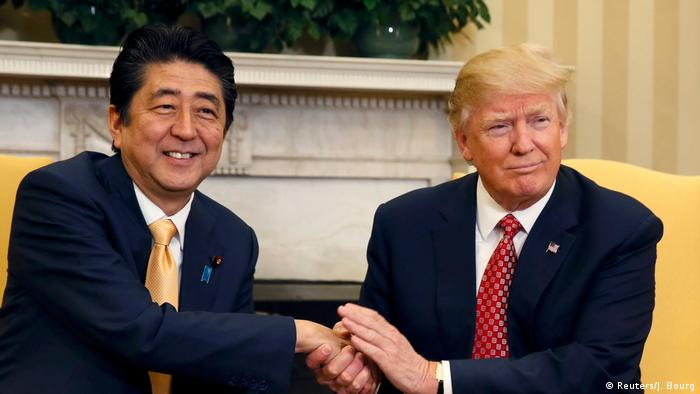 USA Besuch Shinzo Abe bei Trump in Washington (Reuters/J. Bourg)