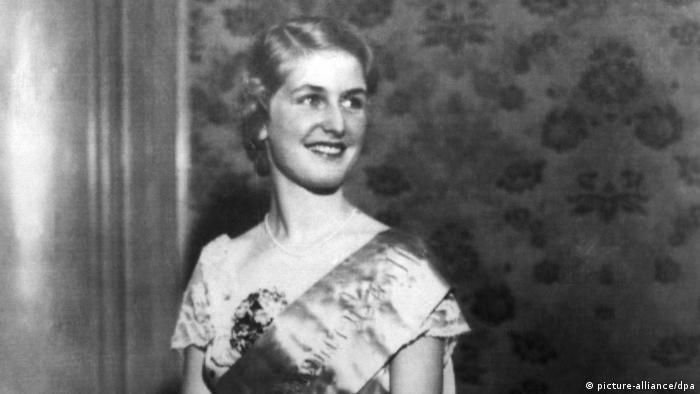 Daisy von Freyberg - Miss Germany 1931 - mit Schärpe.