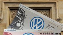 ARCHIV - Ein Mitarbeiter der Niedersächsischen Börsen AG hält am Montag (27.10.2008) vor dem Börsengebäude in Hannover drei historische Wertpapiere in der Hand (Archivfoto vom 27.10.2008). Die so genannten Nullstücke (ohne Stempel und Kontrollunterschrift) mußten Unternehmen früher einreichen, bevor die Papiere zum Handel zugelassen wurden. Porsche will weitere Turbulenzen des VW-Kurses verhindern und deshalb Volkswagen-Aktien auf den Markt bringen. Wie das Unternehmen am Mittwoch (29.10.2008) in Stuttgart mitteilte, sollen je nach Marktlage Kurssicherungsgeschäfte in Höhe von bis zu fünf Prozent der VW-Stammaktien aufgelöst werden. Foto: Jochen Lübke dpa/lni/lsw +++(c) dpa - Bildfunk+++