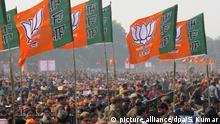 Anhänger des indischen Ministerpräsidenten Modi halten auf einer Wahlveranstaltung am 08.02.2017 in Ghaziabad im indischen Bundesstaat Uttar Pradesh Partei-Flaggen in die Höhe. Modi gehört der Bharatiya Janata Partei (BJP) an. Am 11.02. beginnen die Wahlen für das Landesparlament im größten indischen Bundesstaat Uttar Pradesh (UP). Es ist ein wichtiger Test für die indische Regierung, die sich 2019 zur Wiederwahl stellt. Fast 140 Millionen Wahlberechtigte sind an insgesamt sieben Terminen aufgerufen, bis zum 8. März ihre Stimme abzugeben. (zu dpa Wahlen im größten indischen Bundesstaat - Test für die Regierung vom 11.02.2017) Foto: Siddhartha Kumar/dpa   Verwendung weltweit