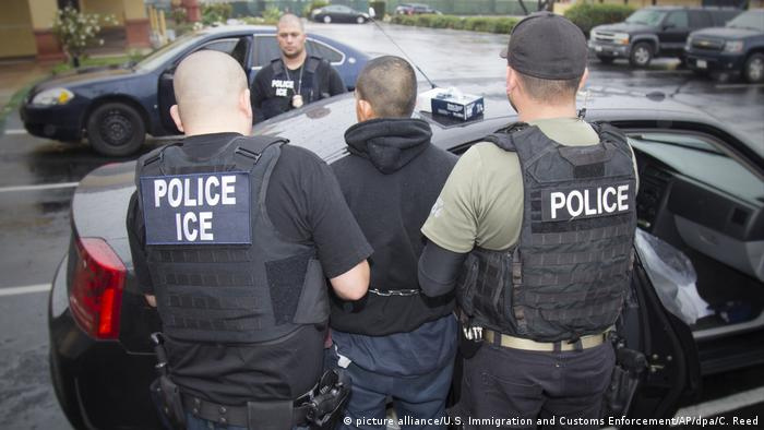 US immigration police arrest someone during raids against immigrants (picture alliance/U.S. Immigration and Customs Enforcement/AP/dpa/C. Reed)