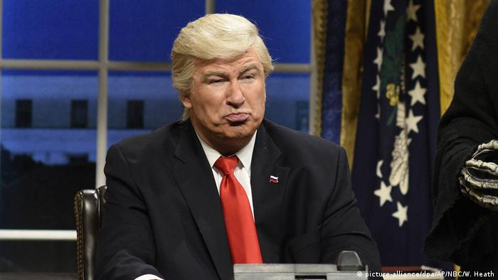 USA | Alec Baldwin als Donald Trump in der Satireshow Saturday Night Live (picture-alliance/dpa/AP/NBC/W. Heath)
