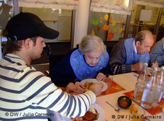 Молодий німець допомагає під час альтернативної служби в будинку для старих