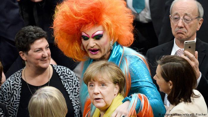 Deutschland | Wahl des Bundespräsidenten | Olivia Jones und Angela Merkel (picture-alliance/dpa/G. Fischer)