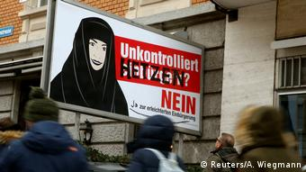Schweiz Zürich - Mit Graffity verändertes Plakat des Schweizer Komitees gegen erleichterte Einbürgerung (Reuters/A. Wiegmann)