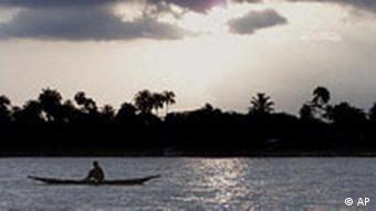 Ein Ruderboot vor einem nigerianischen Gewässer (Foto: apn)