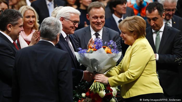 Ангела Меркель поздравляет Франка-Вальтера Штайнмайера