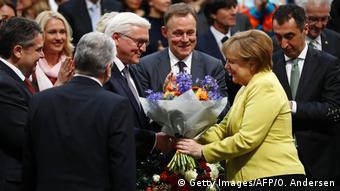 Bundespräsidendentenwahl Merkel gratuliert Frank-Walter Steinmeier (Getty Images/AFP/O. Andersen)