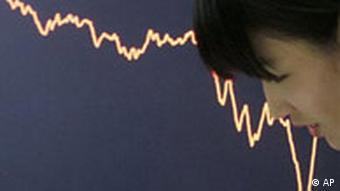 Asiatin vor Tafel mit fallenden Börsenkursen (Quelle: AP)