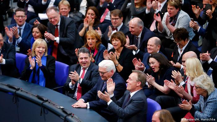Berlin Wahl des Bundespräsidenten Steinmeier Applaus (Reuters/H. Hanschke)