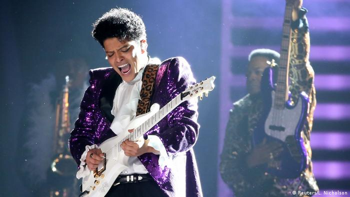 Bruno Mars - Tribute to Prince at the Grammy Awards 2017 (Reuters/L. Nicholson)