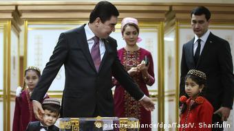 Гурбангулы Бердымухамедов с сыном Сердаром и другими членами семьи