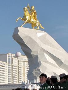 Turkmenistan Denkmal für Präsident Gurbanguli Berdimuchamedow