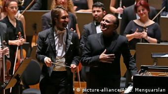Conductor Ibrahim Yazici and composer Michel Camilo (picture-alliance/AA/E. Menguarslan)