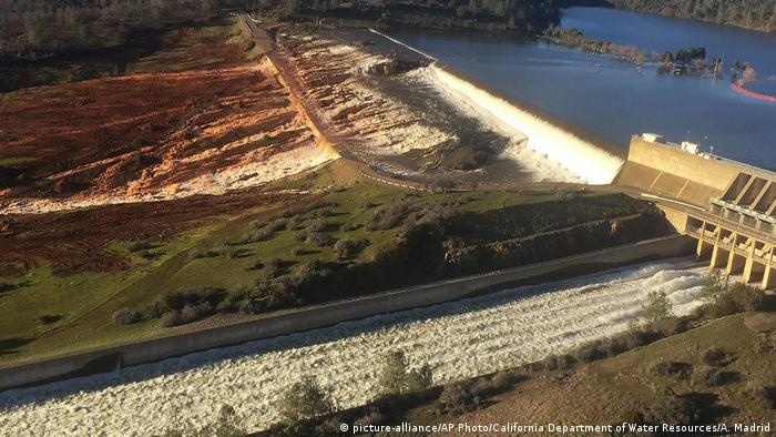 USA Kalifornien Oroville Damm Erosionsschäden (picture-alliance/AP Photo/California Department of Water Resources/A. Madrid)