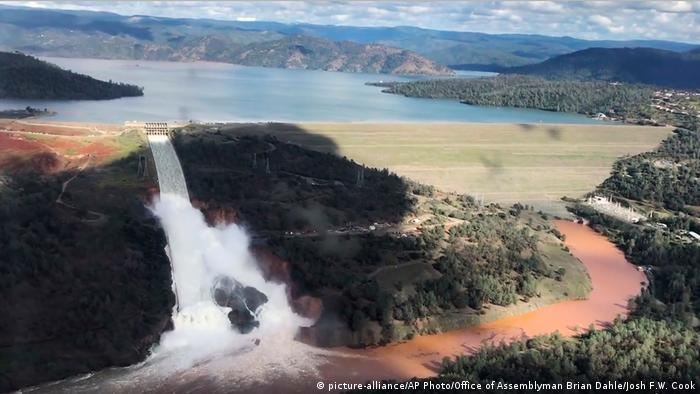 USA Kalifornien Oroville Damm Erosionsschäden (picture-alliance/AP Photo/Office of Assemblyman Brian Dahle/Josh F.W. Cook)