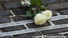 Weiße Rosen liegen am 13.02.2017 auf der Pflastersteindecke einer Gedenkstätte auf dem Altmarkt in Dresden (Sachsen). Mit zahlreichen Veranstaltungen erinnert die Stadt Dresden am 13. Februar an ihre Zerstörung im Zweiten Weltkrieg. Foto: Sebastian Kahnert/dpa-Zentralbild/dpa +++(c) dpa - Bildfunk+++   Verwendung weltweit