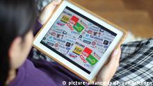ILLUSTRATION - Eine Frau schaut sich am 13.09.2013 in Wiesbaden (Hessen) Logos von verschiedenen deutschen Parteien und Social Media-Unternehmen auf ihrem Tablet-Computer an. Foto: Fredrik von Erichsen/dpa (zu dpa-Umfrage: Wahlkampf im Netz via Twitter, Facebook & Co.) | Verwendung weltweit