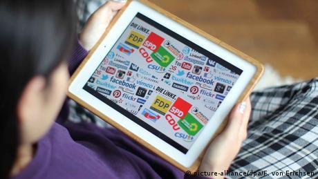 Auf einem Tablet-Computer sind die Logos verschiedener sozialer Netzwerke und einiger deutscher Parteien zu sehen.