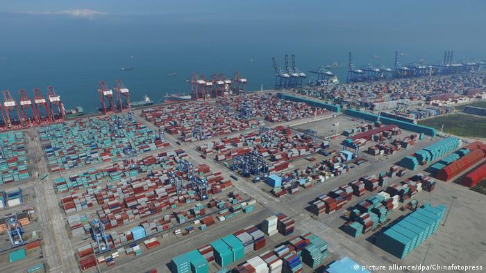 Поглед от въздуха към контейнерния терминал на пристанището в Гуанджоу