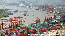 Container port Shanghai (picture-alliance/dpa/dpaweb/A. Tu)