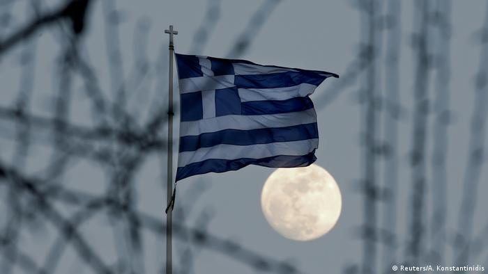 Griechenland Flagge mit Vollmond in Athen (Reuters/A. Konstantinidis)