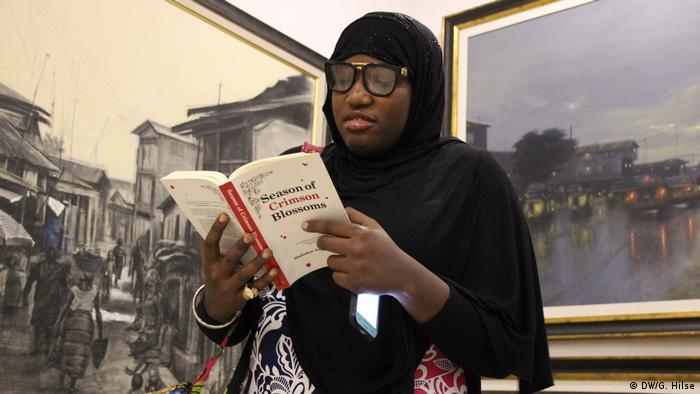 Nigeria Abuja - Hadiza Muhammed liest Abubakar Adam Ibrahims Roman Season of Crimeson Blossoms