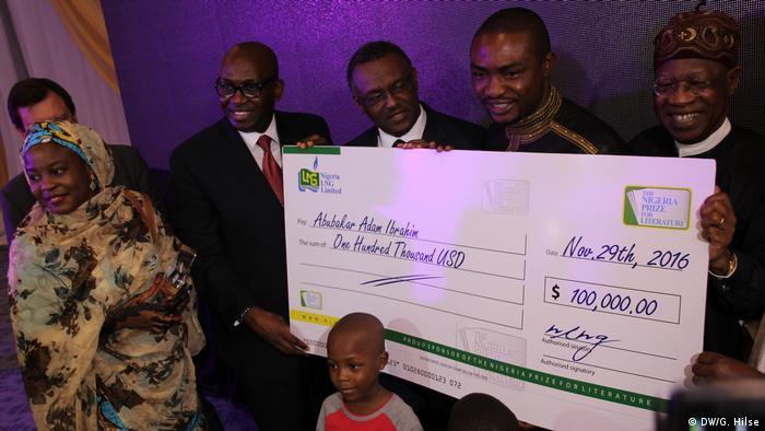 Nigeria Abuja - Schriftsteller Abubakar Adam Ibrahim bekommt Preisgeld über 100.000 US Dollar für den Nigerianischen Literaturpreis