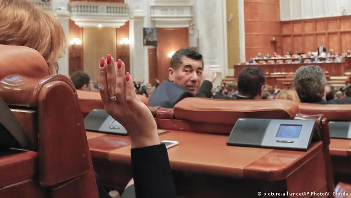 Rumänien Abstimmung im Parlament (picture-alliance/AP Photo/V. Ghirda)