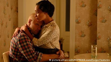 USA Film Loving - Szene mit einem Paar, das sich umarmt, der Mann ist weiß, die frau farbig (picture-alliance/ZUMAPRESS.com/Focus Features)