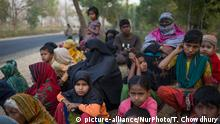13.02.2017*****Rohingya refugees wait at roadside for help near Kutupalong refugee camp, Cox's Bazar, Bangladesh on February 13, 2017. (Photo by Turjoy Chowdhury/NurPhoto)   Keine Weitergabe an Wiederverkäufer.