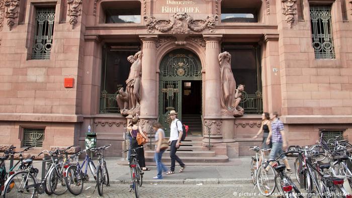 Students walking in front of Heibelberg University