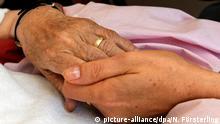 ARCHIV - Schwester Pauline hält am 03.06.2009 im Hospiz in Stuttgart die Hand einer todkranken Bewohnerin. Am 17.06.2015 findet die erste Bundestagsberatung über ein Gesetz zur Palliativ- und Hospizversorgung statt. Foto: Norbert Försterling/dpa +++(c) dpa - Bildfunk+++ | Verwendung weltweit
