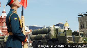 Moskau Roter Platz Siegesparade mit Raketen S-300 (picture-alliance/Itar-Tass/G. Sysoyev)