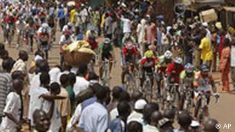 Zuschauer blicken auf die Tour du Faso 2008. (Foto: AP)