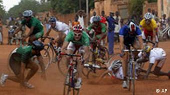 Massensturz während der Tour du Faso 2008. (Foto: AP)