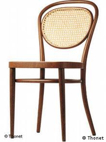 Brauner Holzstuhl mit gebogener Lehne und geflochtenem Rückenteil. Quelle: Thonet