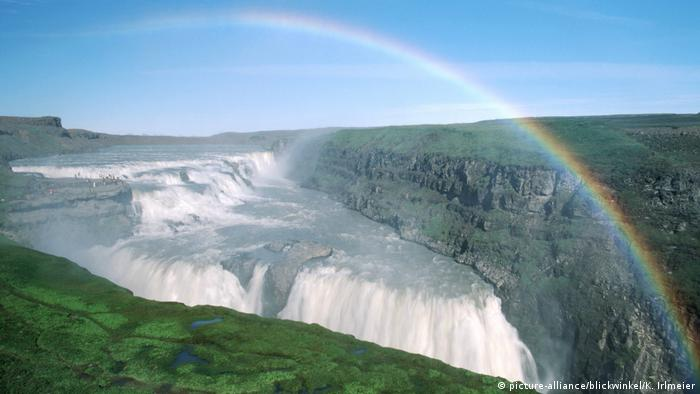 Island Wasserfall Gullfoss und Regenbogen (picture-alliance/blickwinkel/K. Irlmeier)