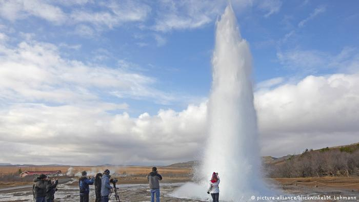 Iceland's Strokkur Geysir in winter (picture-alliance/blickwinkel/M. Lohmann)