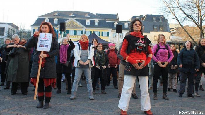 زنان بلند شدهاند و با اشاره به اندام جنسی خود نشان میدهند که تصمیمگیری با خود آنهاست