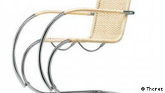 Bauhaus-Stahlrohrstuhl mit hellem geflochtenem Bezug. Quelle: Thonet