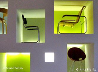 Thonet-Stühle in in die Wand eingelassenen Fächern im Showroom. Quelle: Nina Plonka