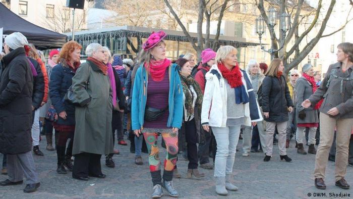 زنانی با لباسهای رنگی و شاد، موسیقیای بلند و پرشور و رقص و ترانه در مرکز شهر بن