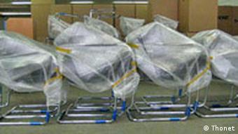 Verpackte Stahlrohr-Stühle nebeneinander aufgereiht. Quelle: Nina Plonka