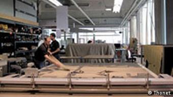 Mitarbeiter schneidet Lederteile in der Stuhlfabrik aus. Quelle: Nina Plonka