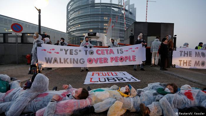 Frankreich Demo gegen CETA vor dem Europaparlament in Straßburg