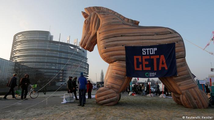 Frankreich Demo gegen CETA vor dem Europaparlament in Straßburg (Reuters/V. Kessler)