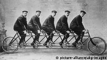 Deutschland Adam Opels 5 Söhne auf einem Fahrrad